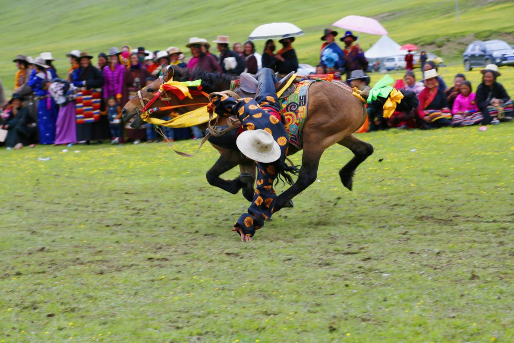 |旅遊 x 文化之間|藏族康巴漢子的血性與溫情:夏季草原賽馬會